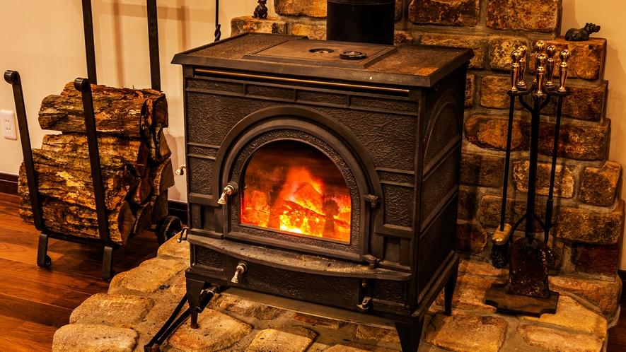 【ロビー】館内を包み込むような暖炉のぬくもりに。時が過ぎるのも忘れてしまいそう