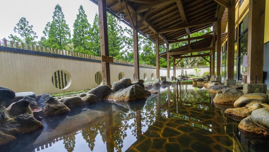 <温泉>緑に囲まれた露天風呂