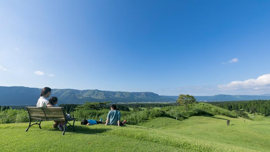 <ホテル敷地内>外輪山を一望できる芝生エリアは絶好のフォトスポット!