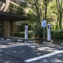 【電気自動車充電専用駐車場】正面玄関奥にございます
