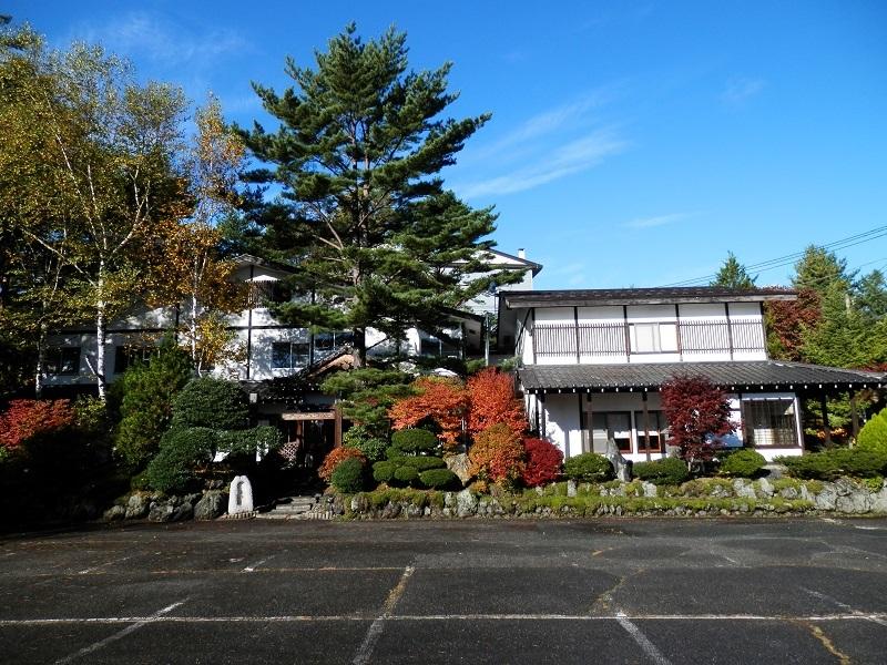 駐車場から見た建物外観(秋)