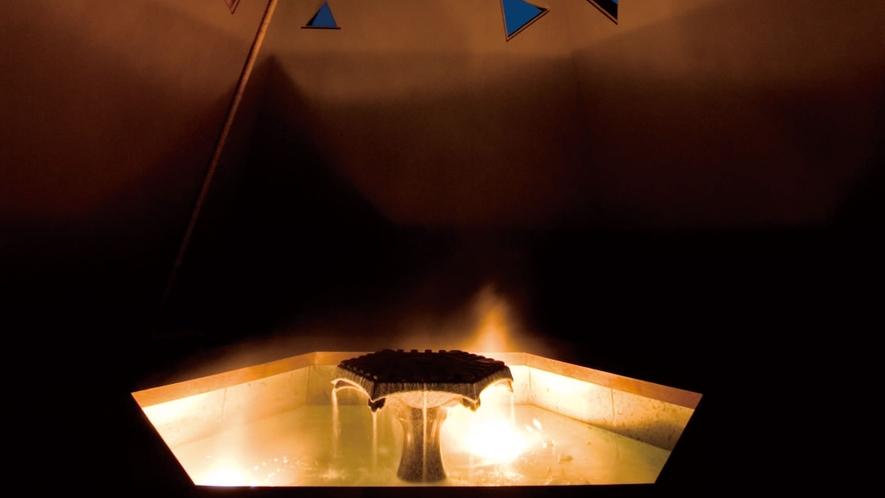 モニュメント&足湯/明かりに揺らぐ湯の光が美しい足湯。幻想的な空間をお愉しみください。
