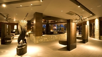 ◆メインラウンジ/大鷲や鯨の彫刻を展示。そこはまるで美術館のよう…
