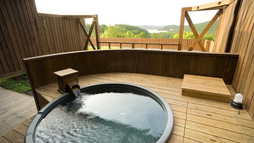 ◆【露天風呂付】和洋室/専用庭付きの客室露天風呂には、源泉の湯が注がれる。