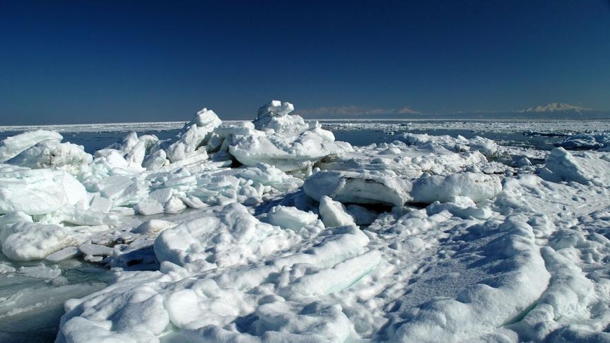 ◆流氷/北海道の冬を実感できる豪快な流氷。1月下旬頃から白く神秘的な姿を見せる。