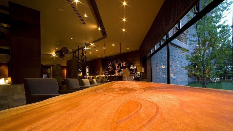 ◆ラウンジバー「縄文」/幻想的なモニュメントの灯を望みながらお酒を楽しめます
