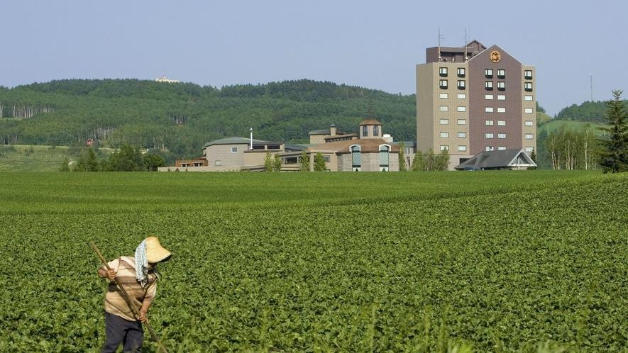 ◆外観/ホテル周辺は、北海道らしいのどかな田園風景が広がります。