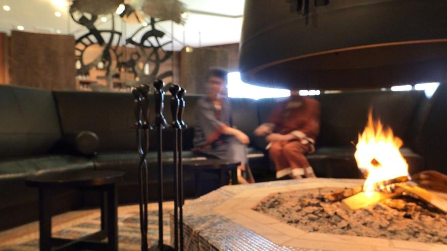 ◆メインラウンジ/暖炉の柔らかな薪の炎に、人が集い、新しいオホーツクの物語を紡ぎます。
