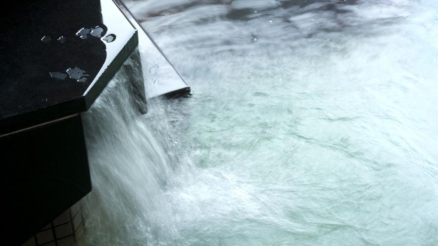 ◆湯口/自慢の湯を注ぐ大浴場「北天坐忘の湯」にて、寛ぎのひとときを。