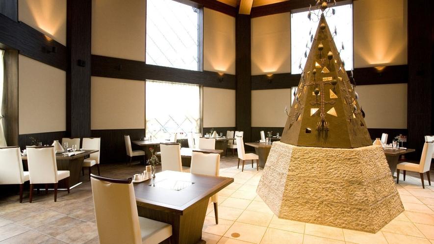 ◆バイキングレストラン「COTA」/吹き抜けの中央部にモニュメントを配したホール席。