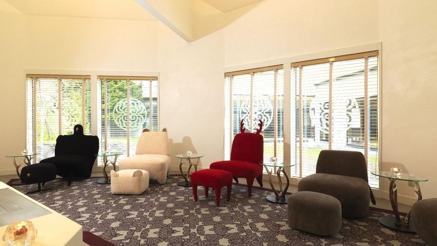 ◆FAULA待合室の椅子/エステの待合室では、北天の動物ソファがお客様をお出迎えします。