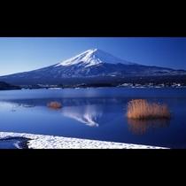■富士山と河口湖と雪<冬>(写真提供:富士河口湖 観光課)