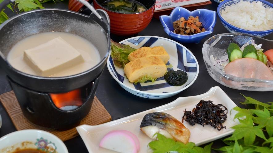 【朝食】温かい「湯とうふ」が人気/一例