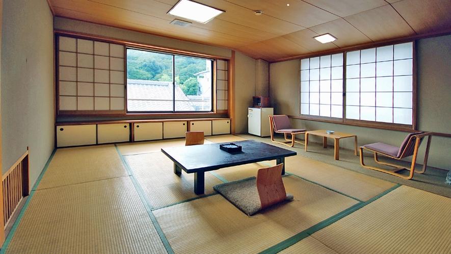 【標準和室】純和風造りで武雄古唐津焼のやきものが床の間を飾ります。