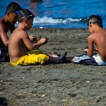 砂浜で遊ぶ兄弟