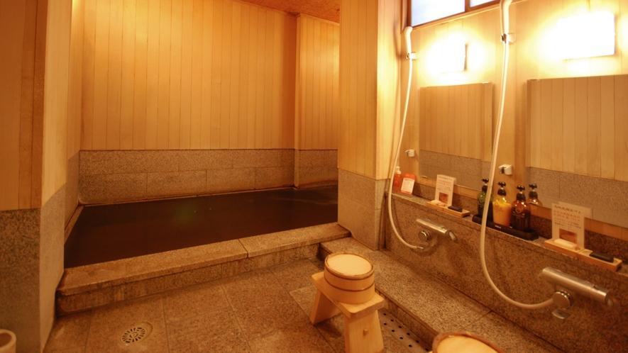 【貸切風呂/桜の湯】大人3名様まで入浴可能。国内産桜御影石を張りつめた浴槽です。