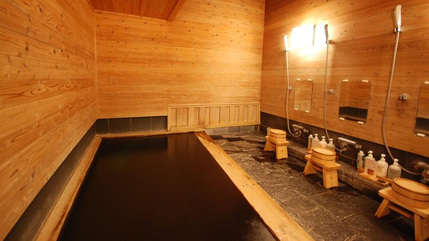 【貸切風呂/杉の湯】大人4名様まで入浴可能。壁一面に地杉をふんだんに使用した浴室です。