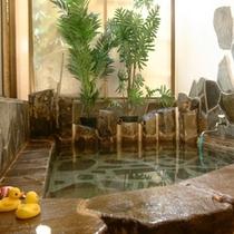 源泉掛け流しの貸切風呂が二つございます。