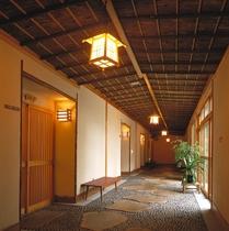 和の趣あふれる廊下。