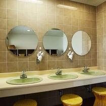 *【脱衣場】ドライヤーなどを備えた大きな鏡付きの洗面台もございます。