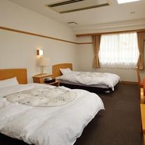 洋室ツイン(一例)/小鳥の囀りが心地よい山側の客室。ふかふかのベッドで安眠の夜をお過ごし下さい。