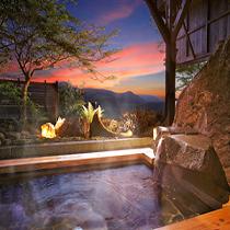 夕景の露天風呂(星の湯)縦