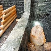 岩盤浴の滝内に有る北投石