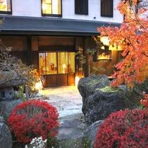 秋の紅葉と外観