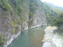 【立神峡】  お車で10分  石灰岩の岸壁でできた渓谷