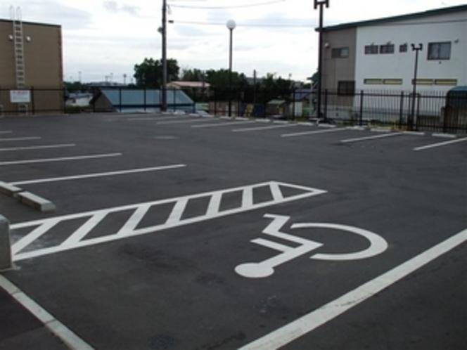 ホテル敷地内の第1駐車場は20台の駐車が可能です。徒歩で3分の第2駐車場も完備しております。