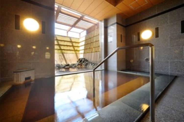 【男性内風呂】こじんまりとした浴槽ですが、その分豊富にお湯が溢れ、きれいなお湯をお楽しみ頂けます。