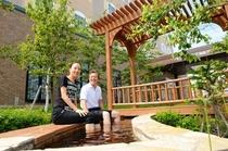 斜里町市街地で唯一の足湯は、地元の皆様の憩いの場でもあります。