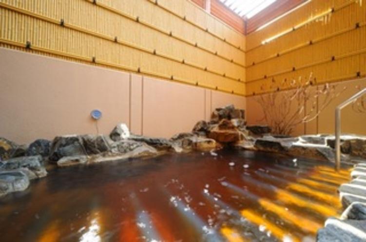【女性露天風呂】源泉かけ流しの温泉は独特な色で効能も豊か。夜風を浴びながら浸かるお風呂は格別です。