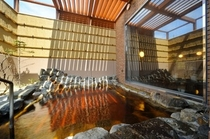 【男性露天風呂】男性露天風呂は、屋根が半分開放されており、星空を眺めることもできます。