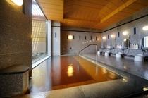 【男性内風呂】ご覧下さい、この独特なお湯の色を。身体を芯から温める源泉100%かけ流しの湯です。