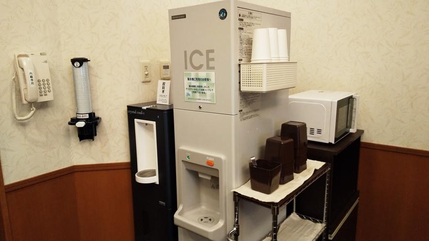 ウォーターサーバー・製氷機・電子レンジは、1Fリラクゼーションルームにございます。
