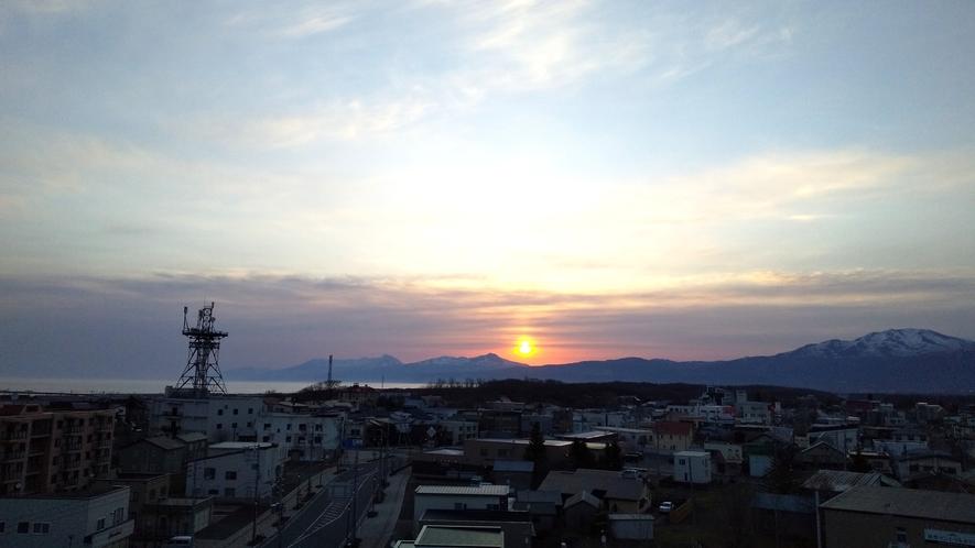 天候の良い日の朝には、客室東側から知床連山と朝日が望めます。