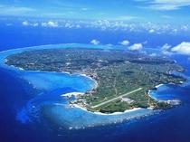 【与論島全景】奄美群島の最南端に位置する、周囲約20キロの隆起サンゴ礁の島