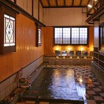 大浴場「長寿の湯」泉質は含芒硝石温泉で、浴槽からシャワーに至るまで完全天然かけ流し。