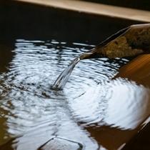 泉質は含芒硝石温泉で、浴槽からシャワーに至るまで完全天然かけ流し。