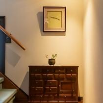 館内には歴史と思いのこもった数々の調度品で飾られております。