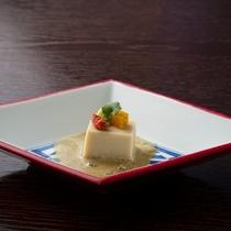 特製手作り胡麻豆腐。お食事の始まりに、優しいお味で