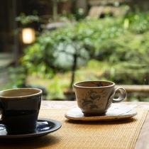 【ティーラウンジ】お庭を眺めながらリラックスしたひと時をお過ごしください。