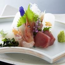 【お造り】ご夕食の一品に、見た目も美しく、料理長が丁寧に盛り付る一皿。