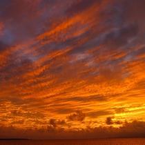 *【風景】綺麗な茜色の空。さえぎるものがないため、視界いっぱいに広がります。