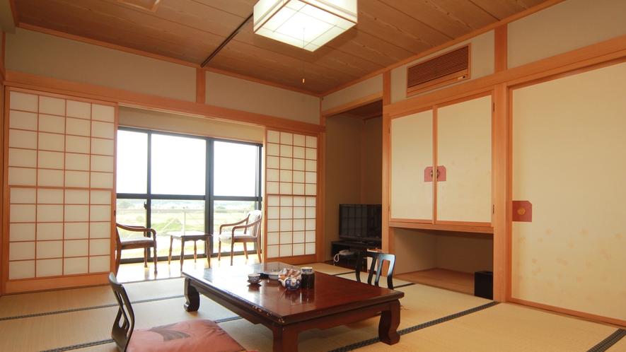 ■【客室一例】新館最上階のお部屋。窓から眺める景色は最高!