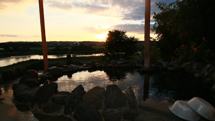 ■【温泉】目の前に流れる那珂川、山の稜線に沈みゆく夕日に癒されます。