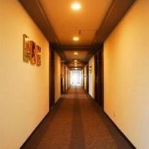 部屋までの一時、心休まる絵画があなたを迎えます。
