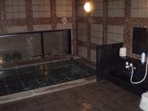1F男性大浴場。6ヶ所の洗い場がございます。夜中の2時までご利用頂けます♪