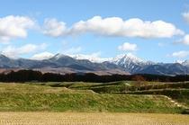 八ヶ岳テラスから蓼科に向かう右側の風景。後ろに富士山、前に蓼科山、左に南アルプス。贅沢だなあ・・